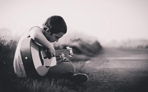 dziecko z gitara